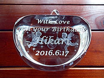 「With love on your birthday、彼女の名前、日付」を彫刻した、彼女への誕生日プレゼント用のガラス製オブジェ