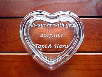 「Always be with you」「結婚記念日の日付」「旦那様と奥さまの名前」を蓋に彫刻した、結婚記念日のプレゼント用のガラス製小物入れ
