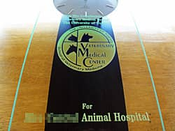 「With the compliments of veterinary medical center」「動物医療センターのマーク」「for ○○animal hospital」を前面ガラスに彫刻した、動物病院の開院祝い用の掛け時計
