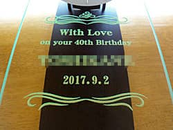「With love on your 40th birthday、旦那様の名前、日付」を前面ガラスに彫刻した、旦那様への誕生日プレゼント用の掛け時計