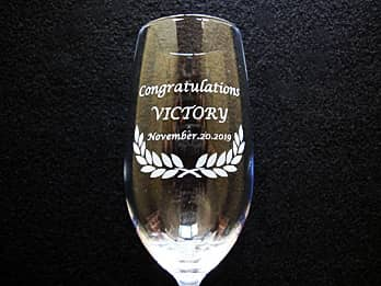 「Congratulations Victory」を彫刻した、優勝賞品用のグラス
