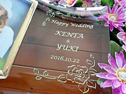 「Happy wedding、To a Great Couple、日付」を彫刻した、結婚祝い用のガラス製写真立て