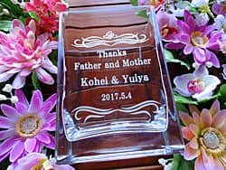 「Thanks Father & Mother、新郎と新婦の名前、挙式日」を側面に彫刻した、両親へのプレゼント用のガラス花瓶
