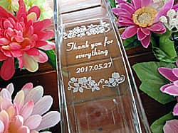 「Thank you for everything、お母さんの名前」を側面に彫刻した、母の日のプレゼント用のガラス花瓶